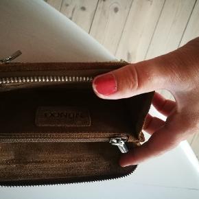 Nunoo pung i den fedeste farve.... Er kun blevet brugt få x, men Pga ruskind ét ser den mere brugt ud...  Foran er der kommet en kuglepind streg, kan med garanti vaskes af.... Pris 149 kr
