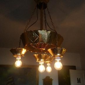 Gammel messing lysekrone i virkelig god stand med bløde glødepærer som giver et behageligt lys måler Ca 90cm høj og 45-50cm i diameter