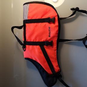Redningsvest til hund. Brugt ganske få gange. Go pasform og hank så hund kan løftes til/fra båd.