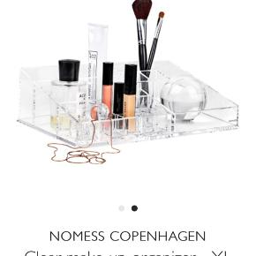 Nomess XL makeup organizer. Fin stand, få brugspor. Klar akryl. Nypris 400kr  Organiser dine skønhedsprodukter og make-up.  Mål: Længde 32cm  Dybde 21cm Højde 9cm