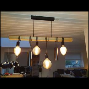 Loftslampe fra ILVA sælges grundet udskiftning af inventar. Den har nogle enkelte brugsskrammer i toppen, men det er naturligvis ikke noget man ser, når den hænger.  Nypris: 1000 kr.  Salgsprisen er umiddelbart fast, ellers byd.  Pris inkl. pærer: 550 kr.