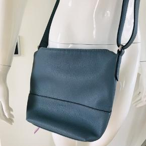 Flot taske fra Esprit, kun brugt et par gange. Størrelse: 29x24 cm. Perfekt størrelse.  Farven: Støvet lyseblå. Materiale: kunstlæder