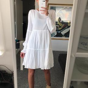Sælger denne søde kjole Kan også bruges til et par bukser Størrelse 34  Brugt en enkelt gang