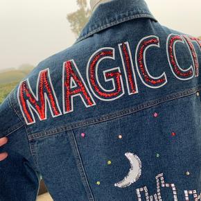 Cool denim jakke med vildt fede detaljer..  By Bex - Julie Fagerholt's datter Nypris: 2900,- Sizer: Medium/large
