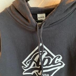 Hættetrøje fra A.P.C sælges. Den er kun brugt en gang, så standen er næsten som ny. Byd endelig ☺️