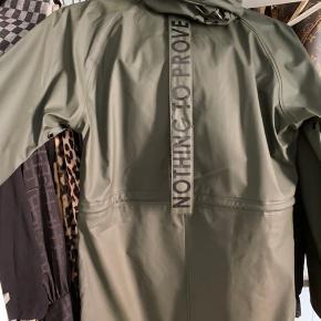 Har været brugt en gang, sælges da jeg ikke får den brugt :-) købt for en måned siden i en butik i Svendborg, mærket hedder Notyz. Den kan rulles sammen og bruges som taske, men remmen på ryggen. Den er normal i størrelsen.