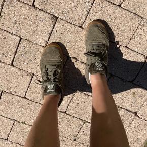 Sneakers i armygrøn og ruskind fra Reebok💚 Sælges, da de er blevet for små. Byd løs!