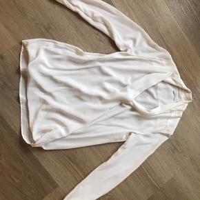 Smuk og feminin silkeskjorte fra Birgitte Herskind med let stræk. Der er ingen pletter ell andet og blusen fremstår helt som ny. Brystmål 48 cm og længde 68 cm (uden at strække stoffet).