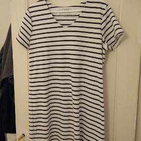 Mærke: VRS  Helt ny og ubrugt kortærmet stribet kjole med v-hals. 79% polyester/18% viskose/3% elestan.  Mål Længde: 89cm Bryst: 55cm Talje: 50cm Bundkant: 60cm