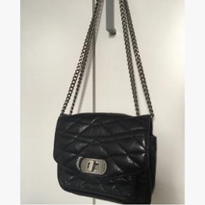 Zadig & voltaire crossbody/skulder taske. Modellen hedder skinny love og er den lille. Dustbag følger med. Kæden kan gøres lang og dermed kan den bruges crossbody.  Brugt, dog ikke særlig slidt, men det der er kan ses lidt på læderet og kæden, derfor sælges den billigt