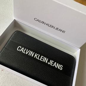 Helt ny pung fra calvin Klein med original kasse og aldrig brugt,   Får den aldrig brugt så sælger den igen  Bud er velkommen