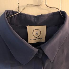Er brugt 1 gang. Men er for lille over brystet til mig. Ny pris 2599,- ren silke i højeste kvalitet.