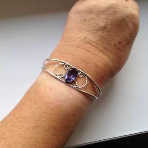 Sødt armbånd i sølv 925.  Indvendig diameter i bredden, som det er nu: 6,8 cm, men kan jo reguleres i størrelsen.  Stemplet: 925  sølvarmbånd Farve: sølm med stern