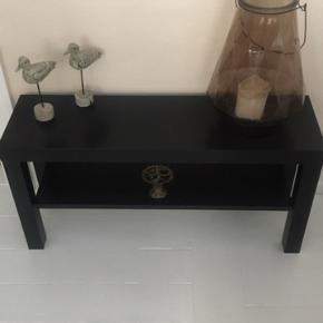 Fin sort smal kommode til enten en gang, stuen eller badeværelse. Mål: 90x26x45 cm høj. Kan også bruges som tv bord.