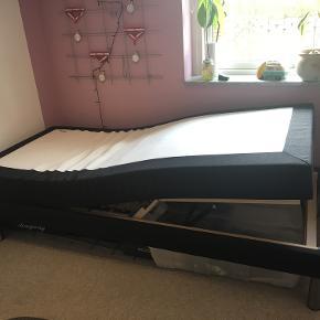 Elevationsseng, Jysk, b: 90 l: 200 h: 50  Jeg sælger denne elevationsseng. Den er købt i Jysk for 2 år siden.  Sengen er blevet passet rigtig godt på, og er derfor i rigtig god stand. Ud over fjernbetjening til sengen medfølger også en blød skum-topmadras.  Sengen er 50 cm høj uden topmadras.  Alle bud er velkomne! :))