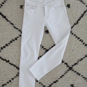 BW009 Boyfriend jeans i 'natural white' fra Jeanerica str. 25 købt i FF2 i Aarhus. Brugt få gange. Se evt. flere billeder på deres hjemmeside.  Nypris 1200,- Bytter ikke.