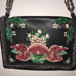Zara taske med kæde rem. Har et fint blomster Mønster lavet af velour.