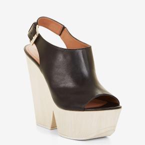 Kilehæl sandal i str 39 sælges. Aldrig brugt og stadig i æske. Købt i BCBG butik på strøget til 2250,- æske og dustbag medfølger.