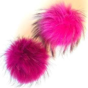 Varetype: Pelskvast til hue Størrelse: Stor Farve: Pink  Stor ægte pelskvast (vaskebjørn) til hue med trykknap. måler ca 16-18cm.  Prisen er pr. Stk.