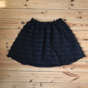 Fineste nederdel - jeg har en bluse der ligner, som kunne gå som et sæt. Skriv hvis det har interesse  Aldrig brugt, men prismærket er klippet