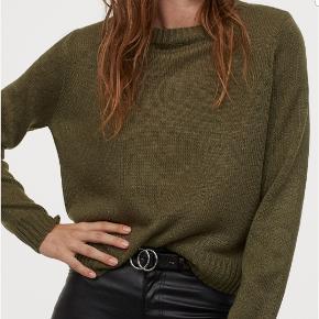 I BUTIKKERNE NU!!  Fin tynd strik bluse i en army-grøn farve. Helt ny med prismærke på. Desværre købt for lille og kan ikke finde bon :-(