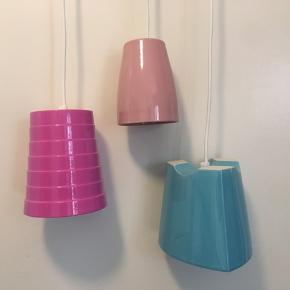 Super fede retro keramik lamper🤩 Lyserød,pink og lys blå. Fede til pigeværelse eller til dig som er vild med farver 🌸 Brugt i en kort periode, stadig i fin stand. Ledning på lamperne er ca 110cm  Leveres med led-pærer  Tag et kig på min shop og byd gerne, måske der lige præcis også er andet der, til dig 💕☀️