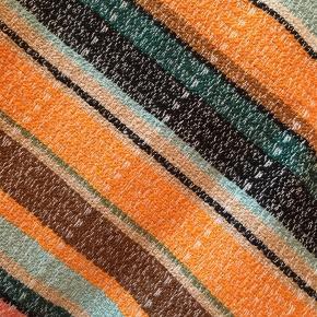 Brugt 1-2 gange. Fin i mange farver og i en vævet kvalitet. I ny stand.