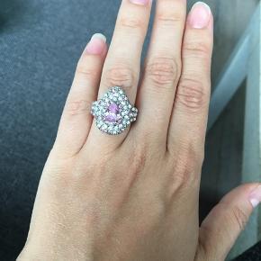 Stor dråbeformet ring med mange små sten og 1 større. Ringen er ikke ægte sølv.  Måler ca. 1.7cm i indre diameter, er du i tvivl om den passer så mål den indre diameter på en ring du i forvejen kan passe ☺️