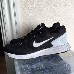 Super smarte sort/ grå og hvide Nike lunarglide 6 i str 43 sælges . Aldrig brugt. Lunarlon sålen gør skoen let. Kan bruges af begge køn. Sælger ud af min samling af Nike sko. Køber betaler fragt.