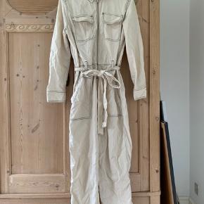 Super fin buksedragt fra Zara. Er en str xs/s, hvor den giver et oversized look, uden at være voldsomt