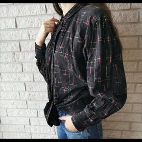 Vintage bomuldskjorte med flotte farvede striber! Passer rigtig godt til jeans, og kan bruges på mange forskellige måder. Fits: xs - m.