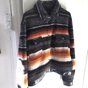 //super fin jakke i uld. //str. 40 svarer til en M  //jeg er 175, og den passer mig perfekt  //aldrig brugt - nypris var omkring 1700kr