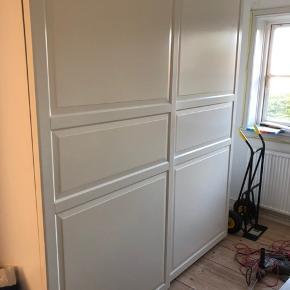 Ikea Pax garderobeskab.   Rummeligt flot garderobeskabe der står som nyt. Sælges udelukkende grundet flytning.   Skabet skal pilles ned af køber og afhentes i KBH NV.