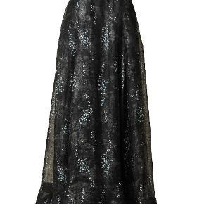 H&M HM Conscious Collection Exclusive Galla nederdel  CONSCIOUS EXCLUSIVE. En skir, vadlång kjol i vävd, ekologisk linneblandning med tryckt mönster. Kjolen har lagda veck för extra vidd och fickor i sidsöm. Klädda knappar bak och längre bakstycke. Dold dragkedja. Fodrad. Komposition Foder: Lyocell 71%; Polyamid 29% Linne 75%; Silke 25%   Storlek: 36, 38 och 40  FAST PRIS: 1099 dkk+ 129 dkk frakt   Ny och oanvänd med tags kvar.  Storlek: 36 och 40  Eftersom jag inte längre kan använda mig av nya Trendsales TS-handel då jag inte har danskt bankkonto så sker garantibetalning via PAYPAL. Vid intresse, meddela vilken storlek du önskar och skicka din mailadress som ett privat meddelande så sänder jag en request/ penningförfrågan via PAYPAL.    Plagget skickas som frakt med spårnummer med POST NORD.  Kommentarer som inte har med budgivning att göra undanbedes