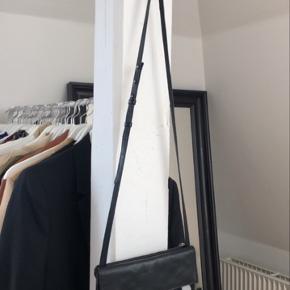 Hangers fra Nomess 5 stk Næsten aldrig brugt  Perfekt til at hænge ting som tasker    Flytter 8/7 så skal af med alle ting herinde inden! Sidste dag for at købe er 8/7 🌸