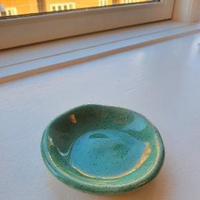 Fine lille grønlig farve skål/tallerken fra Grækenland, måler 9 cm i diameter 🟩
