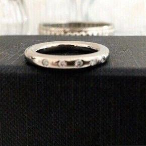 Nypris 5000 kr.  Dansk design, smuk ubrugt titanium ring med 5 brilianter, str. 53, måler 1,7- 1,8 cm i diameter. Det er en ring i god  kvalitet og i et smukt tidløs design.   Diamant og titanium smykke