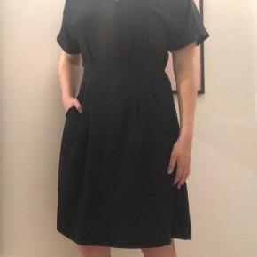 Flot mørkeblå knælang kjole fra InWear i str. 38.  Nypris: 900 kr. (Se sidste billede) Kom gerne med fornuftige bud :-)