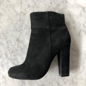 Rigtig flot støvle i sort skind. Fin stand.  Hæle 10 cm. (Lille i størrelse)
