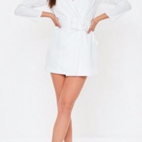 Hvid blazer kjole fra missguided.