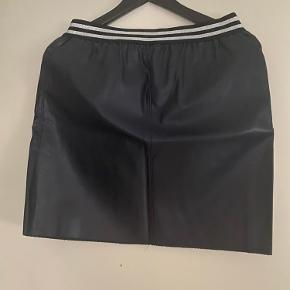 Nederdel med lommer i hver side. Ej brugt og uden mærke. Lidt overskudstråde kan forekomme