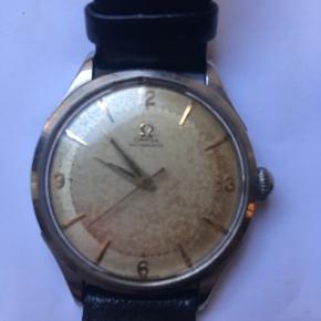 1950rne Omega Automatic klassisk herreur, armbåndsur. Uret virker men skal have et eftersyn for at komme til at gå præcist. Glasset har en lille skramme i kanten. Remmen er ikke original. Ellers et virkelig flot vintage Omega. Pga ovenstående 'mangler' sælges uret til kun 2500kr Kan hentes kbh v eller sendes for 40kr dao (forsikret)