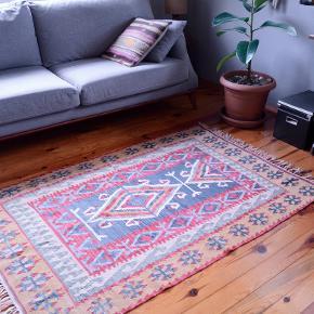 Vintage kelim. Smukt, nomade-kelimtæppe i uld på bomuld. Håndvævet og farvet med plantefarver. Str: 110x180cm