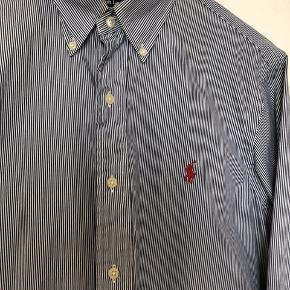 #30dayssellout #ralphlauren #polo  Polo by Ralph Lauren skjorte med tynde striber i hvid/blå Skjorten er Custom fit (Svarer til slim fit) Str. 38 - svarer til str. M  Kan også afhentes i Kbh.