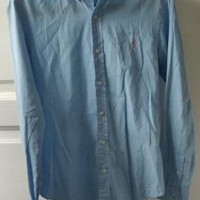 Lækker lyseblå skjorte fra Ralph Laureni slim fit, sidder rigtig pænt - er selv 178.   Den er som ny uden mærker, huller eller andet. Kan ses i Hillerød eller sendes