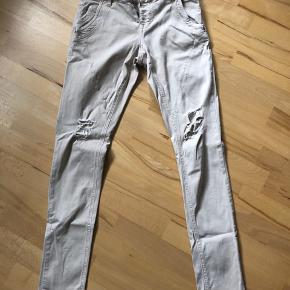 Fede jeans med huller Str 27