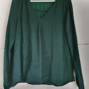 Mørkegrøn bluse fra Vila i let skinnende stof.