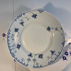2 stk Royal Copenhagen skåle i str. 28 cm sælges i stellet Blue Elements.  Normal pris 699kr pr. stk., sælges for 600kr stk. 1. sortering (udsolgt på Royal Copenhagens egen hjemmeside) Har desværre købt i forkert størrelse.  Kan beses og hentes på Sluseholmen.