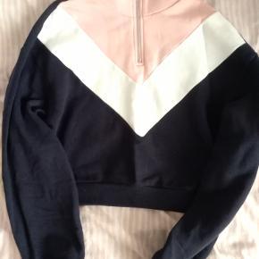 Super nice zip-up sweatshirt!! Ekstremt blød og behagelig!!! Brugt 1-3 gange! Sidder rigtigt flot:) Byd gerne:)
