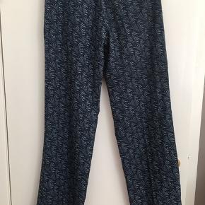 Smukke bukser i kraftig kvalitet. De er købt på TS men er ikke blevet brugt af mig. De er meget velholdt og i flot stand. Dog er der et mikroskopisk lille hul nederst ved buksekant. Der står ikke størrelse i dem. Men jeg kan måle efter ønske. Jeg vil gætte på at de svarer til str 38 eller 40.